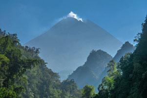 Eloknya Gunung Merapi yang Diapit Bukit