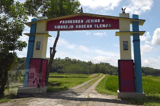 wujud gapura dusun jering 8 di desa sidorejo godean pada zaman dulu tahun 2018