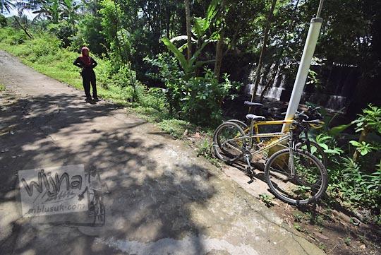 parkir sepeda di pinggir jalan dam grojogan dusun jering godean pada zaman dulu tahun 2018