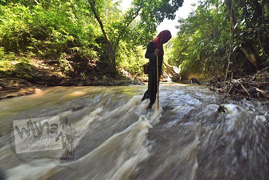 cewek menyeberangi sungai di dusun jering sidorejo godean pada zaman dulu tahun 2018