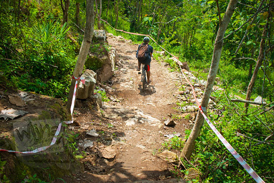 tikungan trek sepeda downhill di hutan belakang candi ijo sambirejo prambanan yogyakarta pada zaman dulu April 2017