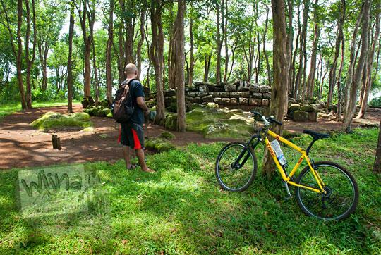 parkir sepeda di situs sumur bandung sambirejo dekat candi ijo pada zaman dulu April 2017