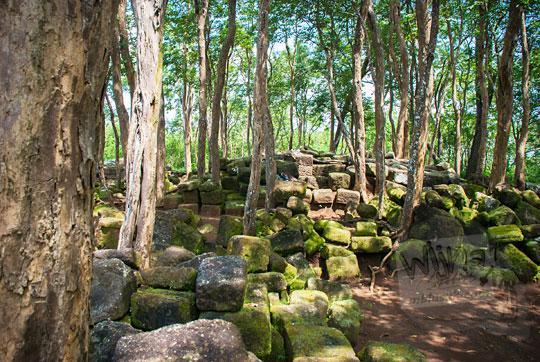 reruntuhan batu di situs sumur bandung sambirejo prambanan yogyakarta dekat candi ijo pada zaman dulu April 2017