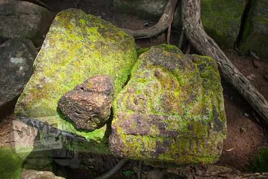batu berelief di situs sumur bandung sambirejo prambanan yogyakarta dekat candi ijo pada zaman dulu April 2017