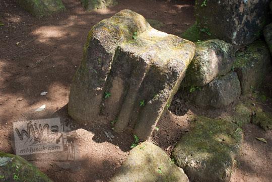 batu candi tua terpendam dalam tanah di situs sumur bandung sambirejo prambanan yogyakarta dekat candi ijo pada zaman dulu April 2017