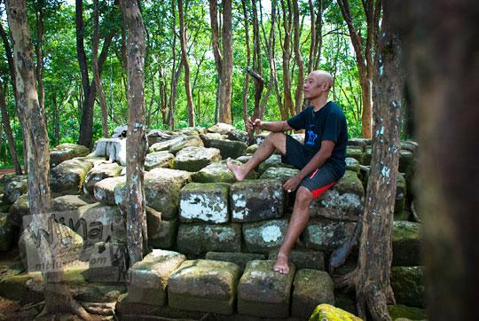 pria duduk di reruntuhan situs sumur bandung sambirejo prambanan yogyakarta dekat candi ijo pada zaman dulu April 2017