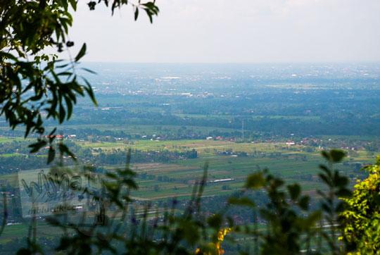 pemandangan indah hamparan sawah klaten dari puncak tebing situs sumur bandung sambirejo prambanan yogyakarta dekat candi ijo pada zaman dulu April 2017