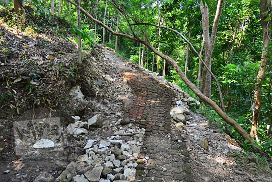 jalan setapak batu bata menuju candi kiai wongso pati di dusun nglepen sumberharjo prambanan