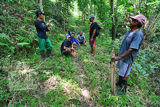 warga dusun nglepen sumberharjo prambanan sedang mengukur tanah hutan untuk dibuat sertifikat