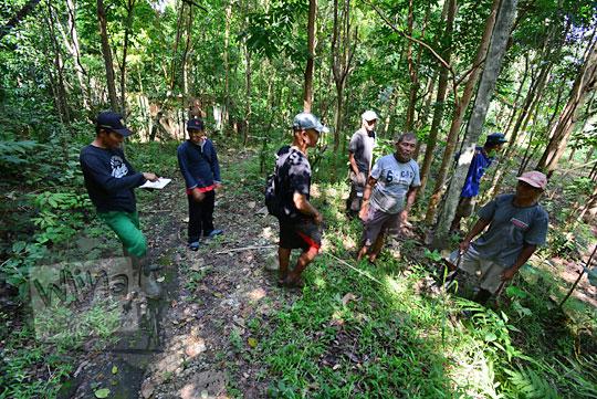 warga dusun nglepen sumberharjo prambanan sedang mengukur batas-batas tanah warga di dalam hutan