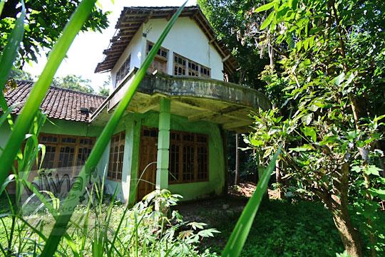 rumah tingkat bagus yang terbengkalai di dalam hutan dusun nglepen sumberharjo prambanan