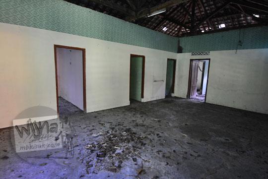 isi kondisi dalam sebuah rumah tua di dalam hutan dusun nglepen prambanan