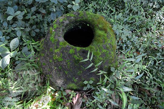 batu berlubang mirip umpak di belakang reruntuhan rumah tua rusak di dusun nglepen sumberharjo prambanan