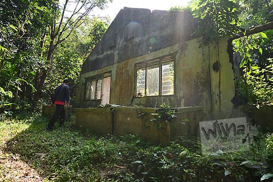 penampakan teras depan reruntuhan rumah rusak di dusun nglepen sumberharjo prambanan