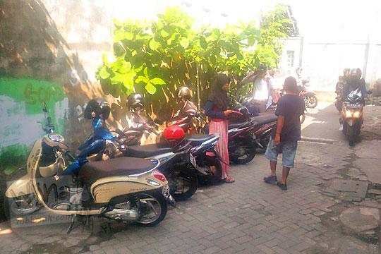 area parkir kendaraan warung soto rembang di area kos-kosan mahasiswa universitas negeri yogyakarta pada zaman dahulu