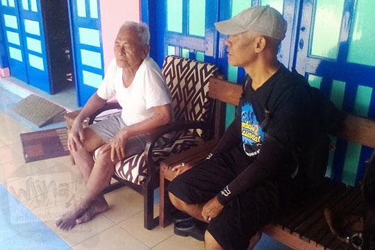 seorang kakek warga dusun bercerita tentang sejarah mata air belik segaran dan asal-usul nama dusun segaran di desa tirtomartani kalasan sleman yogyakarta