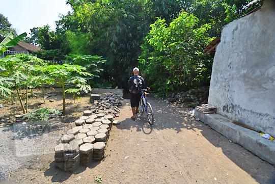 jalan desa menuju ke belik mata air segaran di tirtomartani kalasan sleman