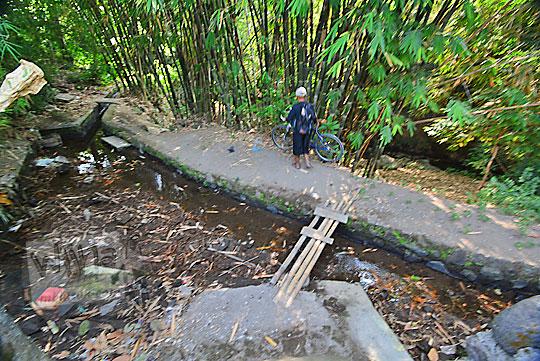 saluran irigasi dekat belik mata air segaran di tirtomartani kalasan sleman