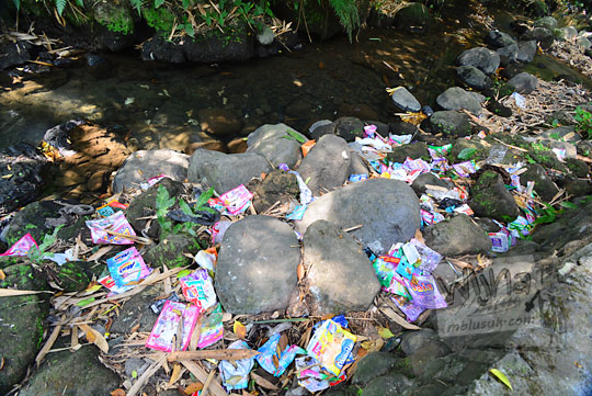sampah plastik detergen mengotori bertebaran dibuang sembarangan di belik mata air segaran tirtomartani kalasan sleman