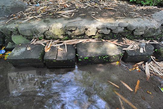 batu-batu candi yang tersebar di sekitar belik mata air segaran tirtomartani kalasan sleman