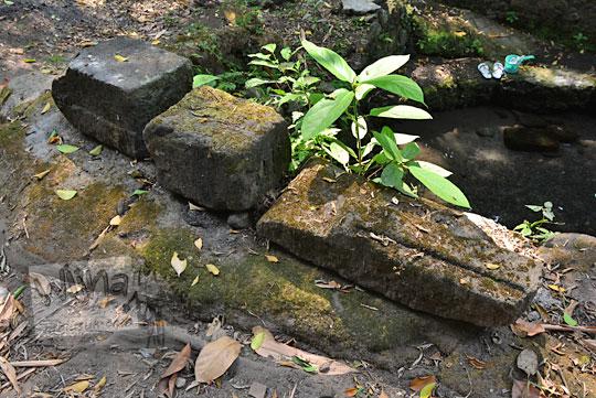 batu-batu relief dan arca yang tersebar di sekitar belik mata air segaran tirtomartani kalasan sleman