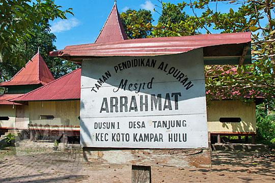 papan nama masjid tua ar-rahmat di koto kampar hulu riau
