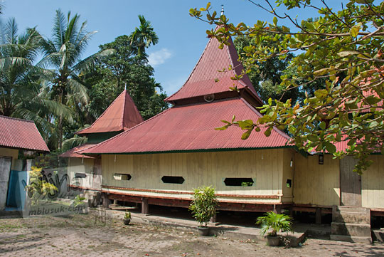 bangunan kayu masjid tua ar-rahmat di koto kampar hulu riau