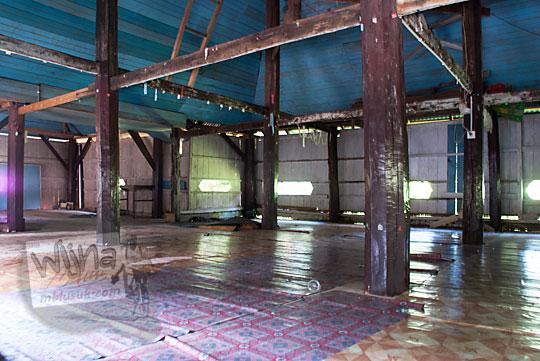 tiang kayu tua masjid ar-rahmat di koto kampar hulu riau