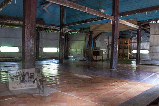 suasana isi dalam masjid tua ar-rahmat di koto kampar hulu riau