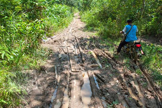 foto kondisi jalan tanah becek di kawasan hutan obyek wisata alam air terjun panisan di desa tanjung kecamatan koto kampar hulu riau pada zaman dulu April 2016