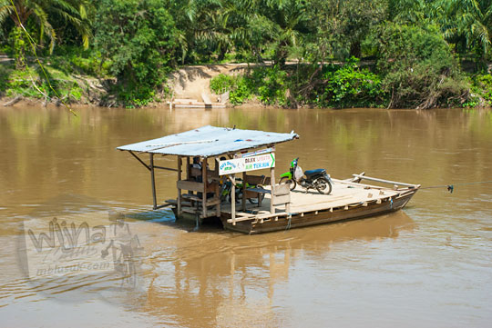 foto rakit penyeberangan sungai kampar di kecamatan koto hulu riau pada zaman dulu April 2016