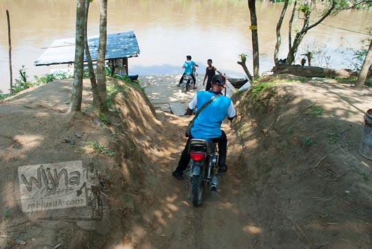 foto sepeda motor turun tebing untuk naik rakit sungai kampar pada zaman dulu April 2016