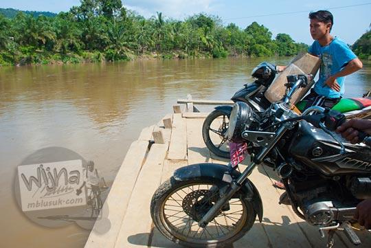 kisah sensasi menyebrangi sungai kampar riau naik rakit dengan membawa sepeda motor pada zaman dulu April 2016