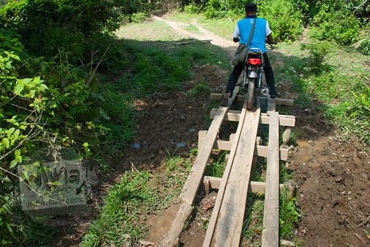 alas papan kayu di jalan hutan menuju ke objek wisata air terjun panisan di desa tanjung kecamatan koto kampar hulu riau pada zaman dulu April 2016