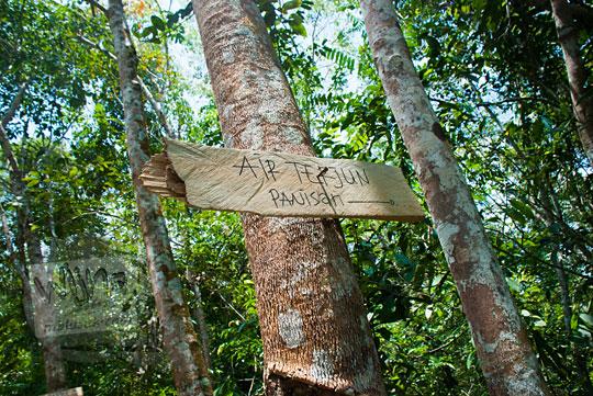 foto papan petunjuk arah air terjun panisan di dalam hutan desa tanjung kecamatan koto kampar hulu riau pada zaman dulu April 2016
