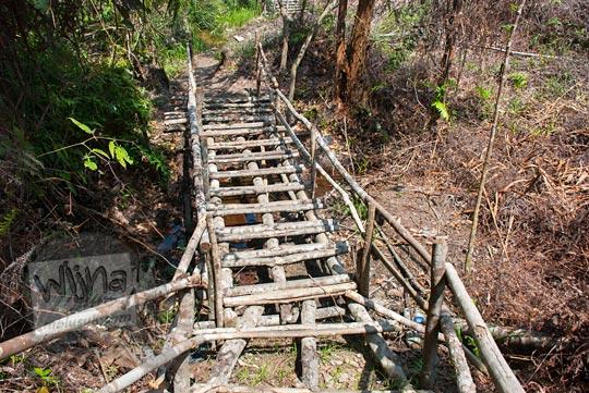 foto jembatan kayu menuju lokasi air terjun panisan di desa tanjung kecamatan koto kampar hulu riau pada zaman dulu April 2016