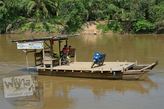 foto rakit penyeberangan sungai kampar kanan riau
