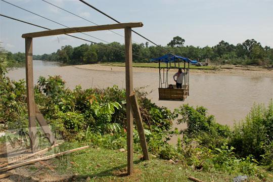 foto penyeberangan gondola sungai kampar kanan riau