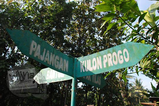papan petunjuk arah di desa mangir dari kulon progo
