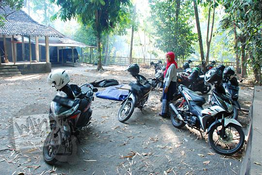 lokasi parkir sepeda motor pengunjung jembatan bambu sesek mangir pajangan bantul