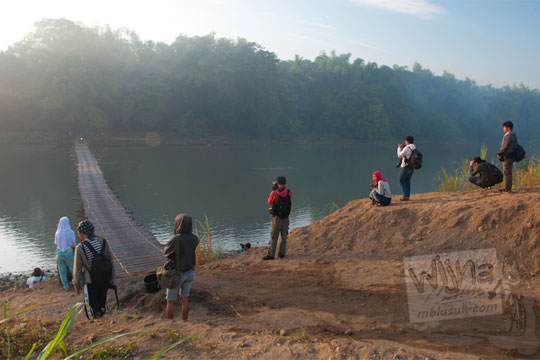 fotografer berburu foto pagi di jembatan sesek bambu bantul