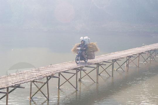 sepeda motor lewat jembatan bambu sesek mangir