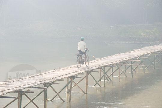 sepeda onthel lewat jembatan bambu sesek mangir