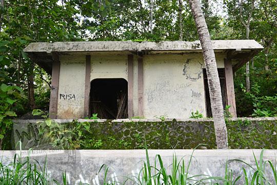 bangunan bekas gudang pembangkit listrik rumah air di kawasan sendang ngembel karangtengah wonosari