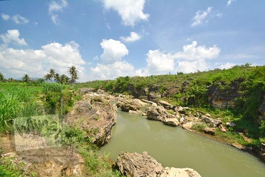 pemandangan lembah sungai oya di desa karangtengah wonosari gunungkidul yang penuh batu karang raksasa