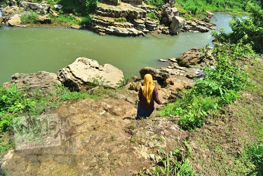 wanita menuruni tebing sungai oya di desa karangtengah wonosari gunungkidul
