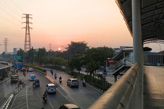 matahari terbit jembatan transjakarta pasar senen