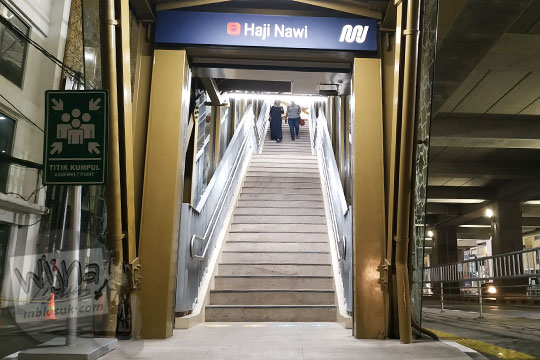gerbang naik tangga halte mrt haji nawi