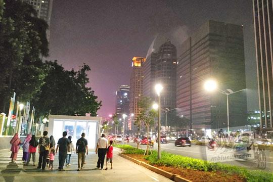 menikmati jalan kaki trotoar jalan sudirman thamrin malam