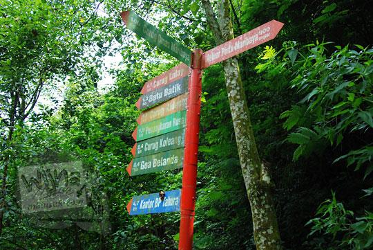 papan petunjuk arah di taman hutan raya juanda maribaya